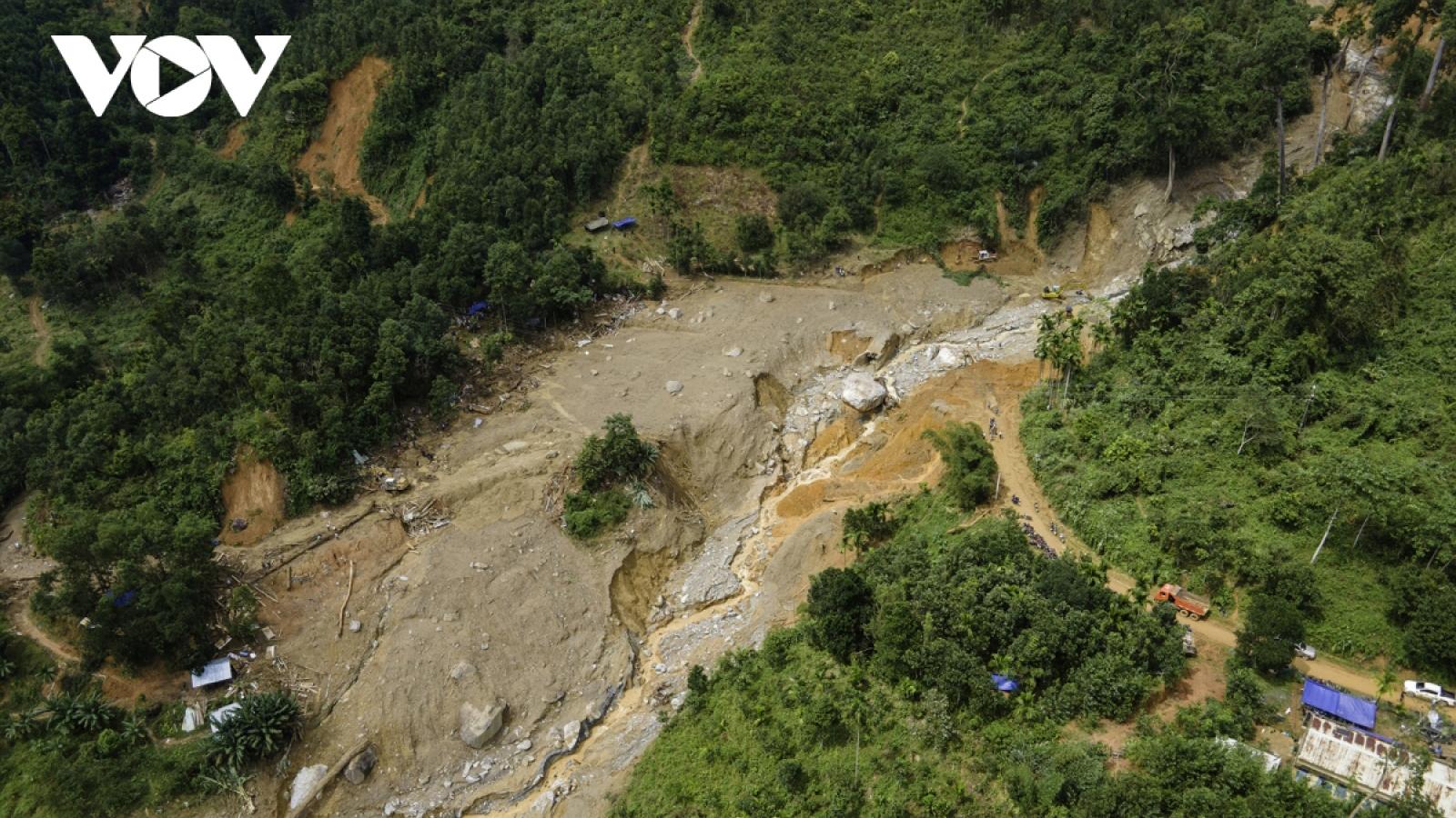 Dầm mưa xới từng tấc đất tìm người mất tích ở Trà Leng