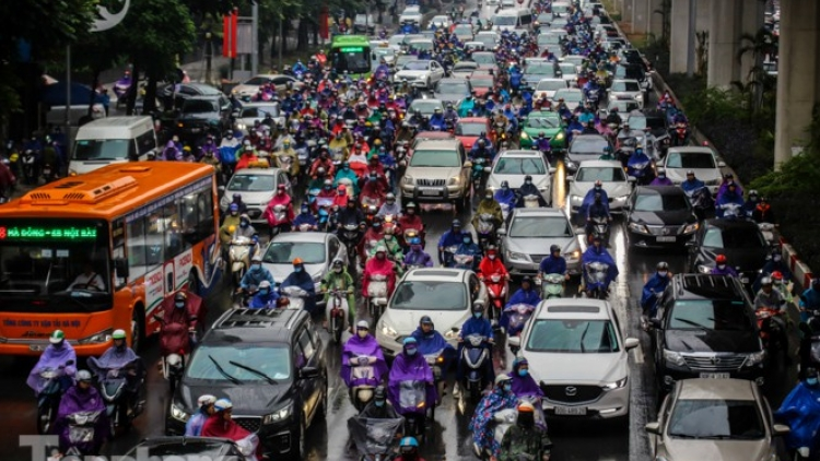 Heavy rain leaves Hanoi streets suffering severe traffic jams