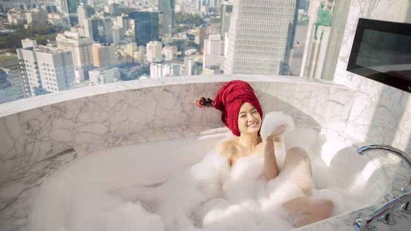 """Kaity Nguyễn gợi cảm trong cảnh tắm bồn ở """"Gái già lắm chiêu"""""""