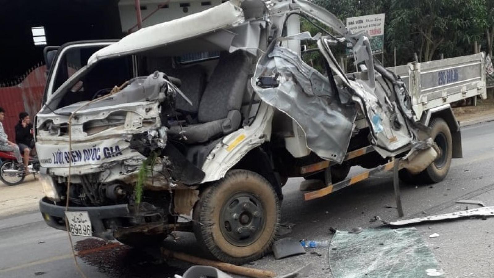 2 xe tải đấu đầu trên Quốc lộ 6, 2 người bị thương