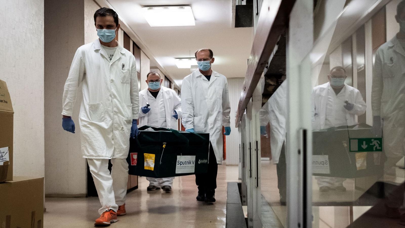 Lô vaccine Covid-19 đầu tiên của Nga đã tới Hungary