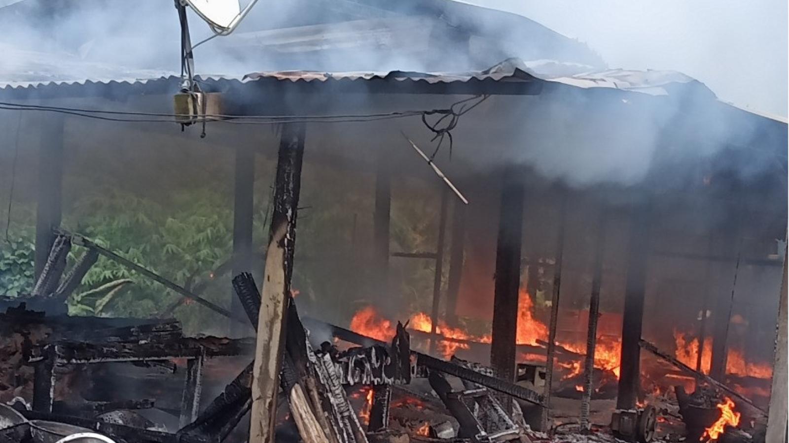 Cha mẹ đi vắng, 2 cháu bé tử vong vì nhà cháydữ dội trong đêm