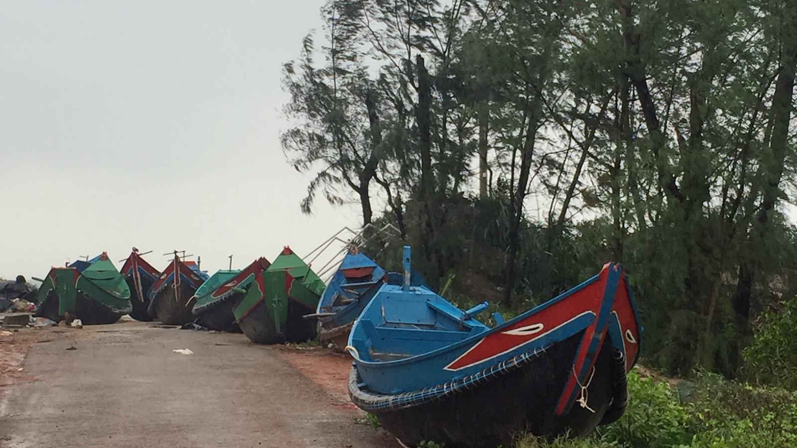 Ngư dân kéo thuyền vào làng tránh bão