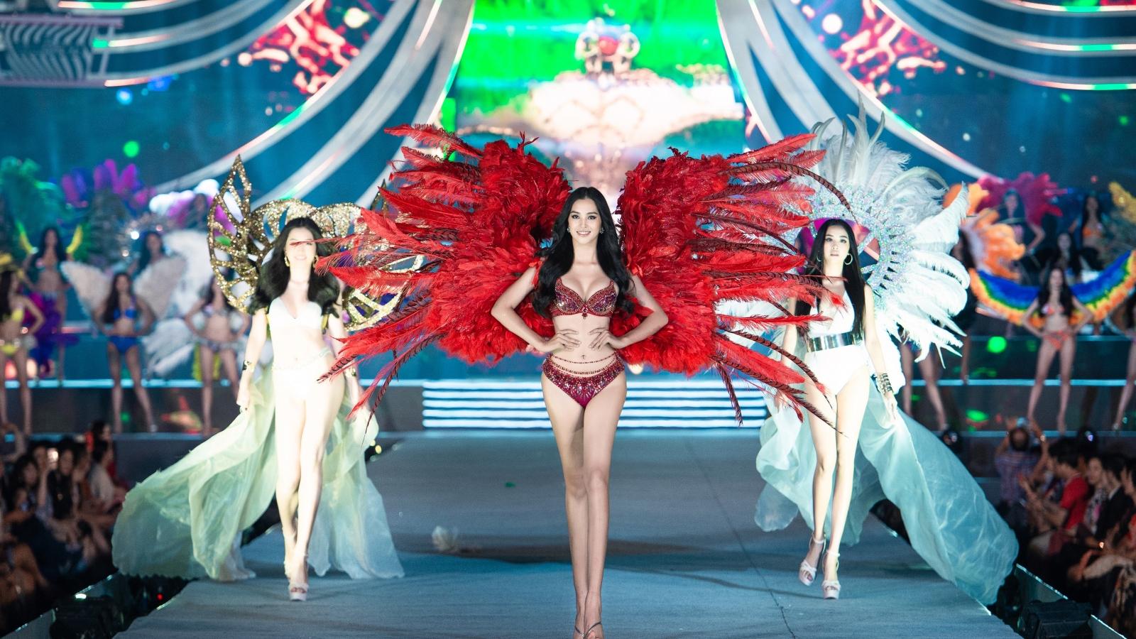 """Tiểu Vy, Phương Nga, Thúy An """"đốt cháy"""" sàn catwalk tại phần thi Người đẹp biển"""