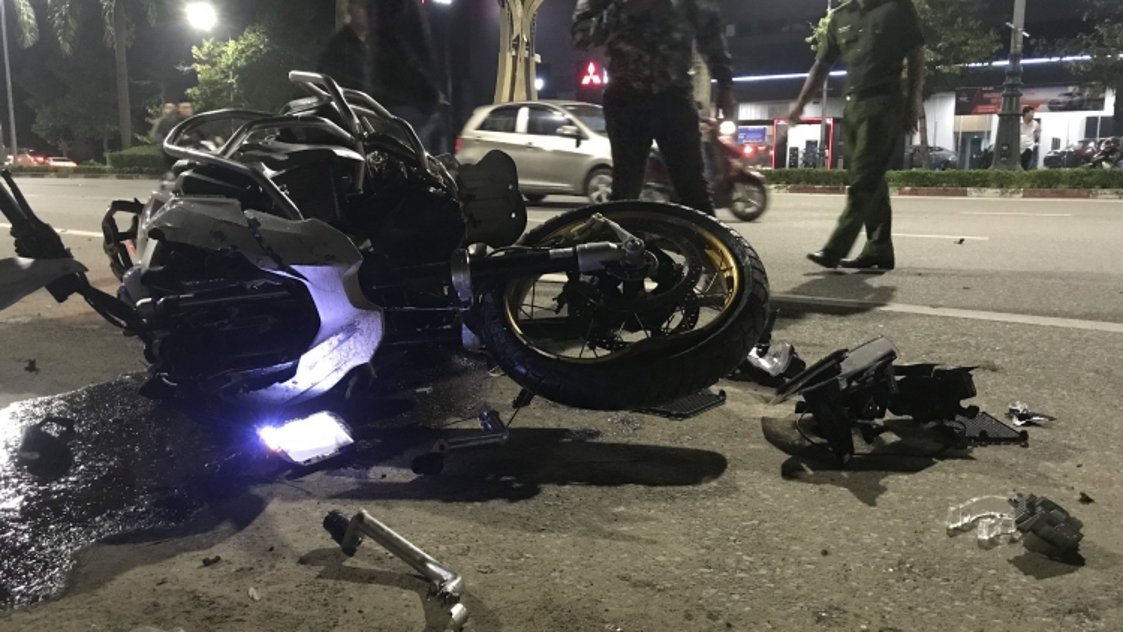 Siêu mô tô BMW va chạm với xe máy, 3 người thương vong