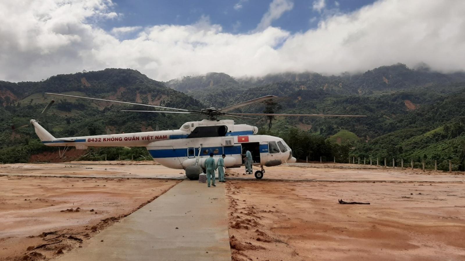 Trực thăng đưa được 4 tấn hàng cứu trợ đến 2 xã bị cô lập tại Phước Sơn