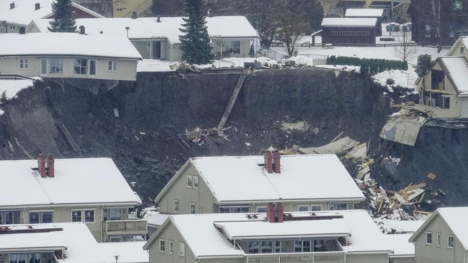 Sạt lở đất chôn vùihàng chục người tại Na Uy