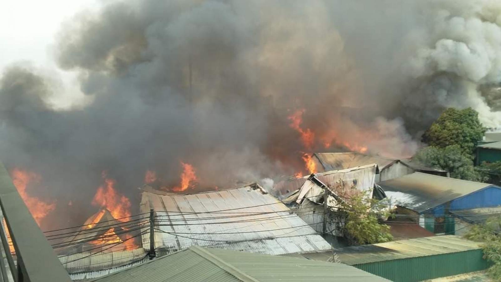 Cháy rất lớn ở xưởng gỗ tại Thạch Thất, Hà Nội