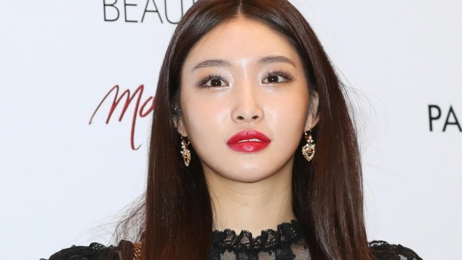 Nữ ca sĩ Chung Ha dương tính với virus SAR-CoV-2