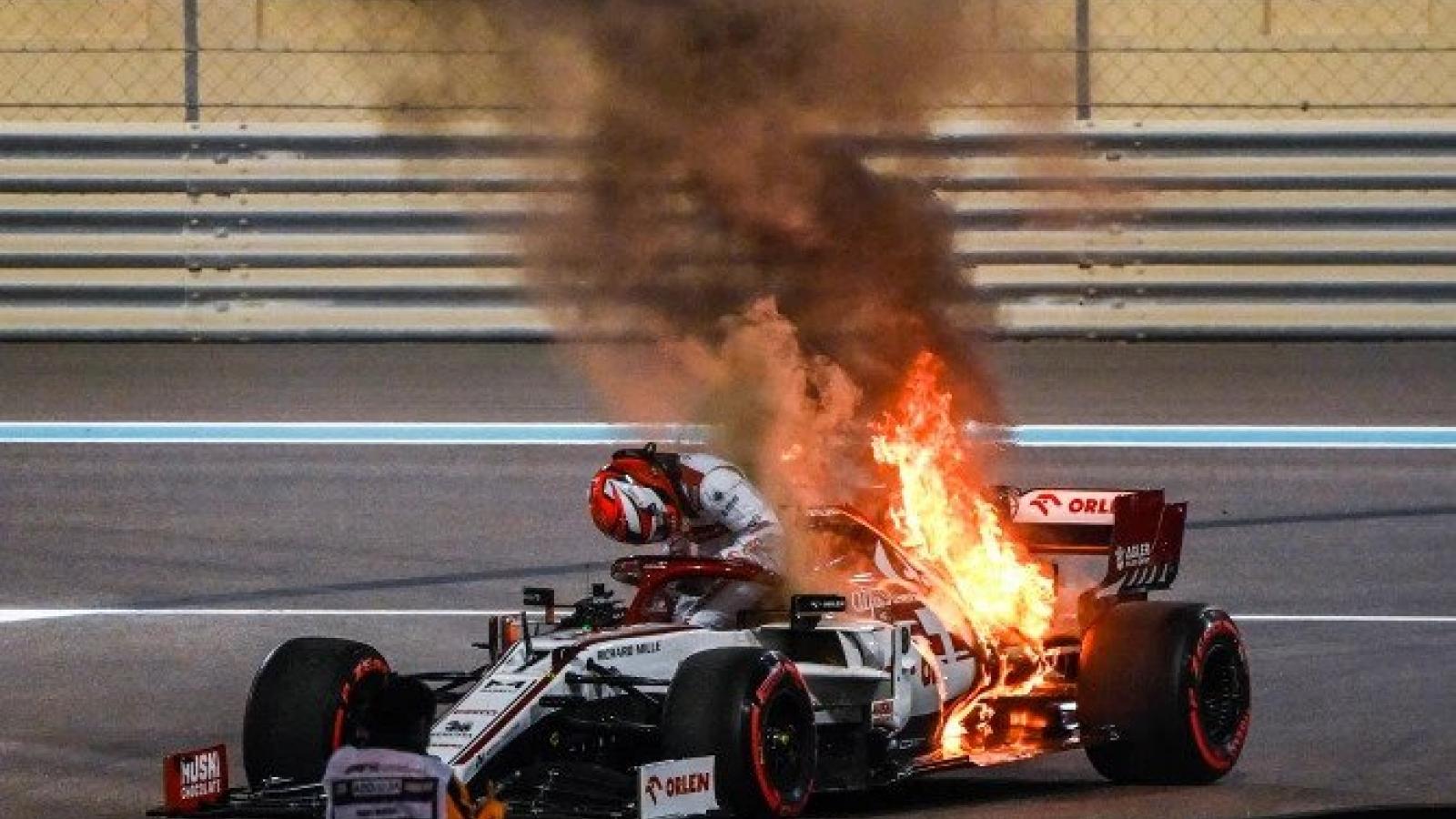 """Cận cảnh: Cựu vô địch F1 thế giới thoát chết """"thần kỳ"""" khi xe đua bốc cháy dữ dội"""