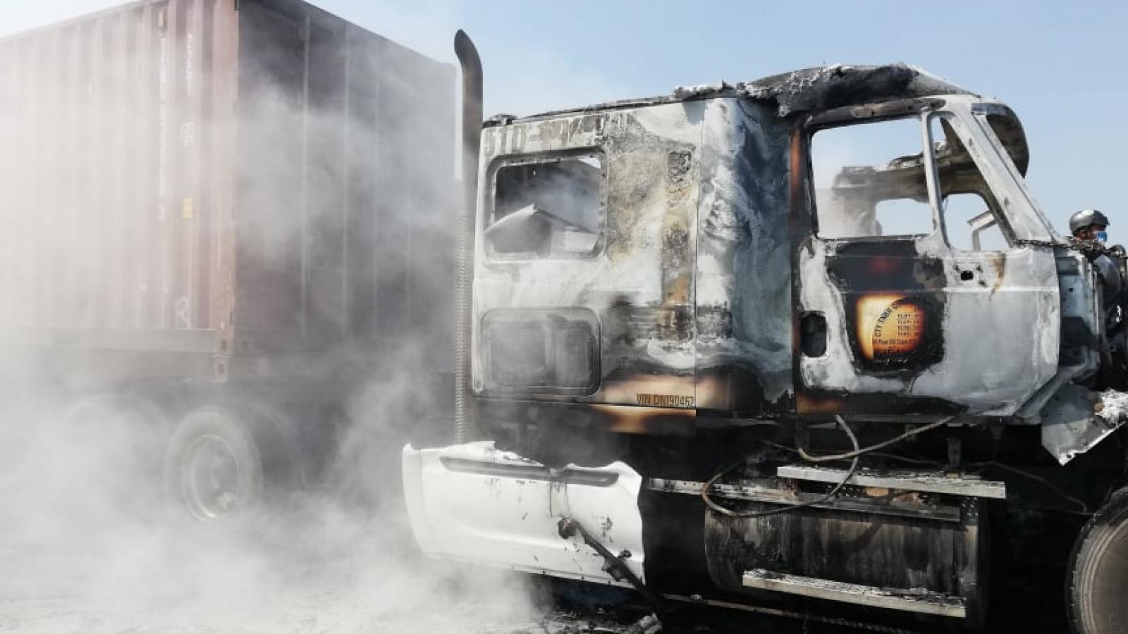 Xe container bốc cháy dữ dội trên cầu Phú Mỹ, TPHCM