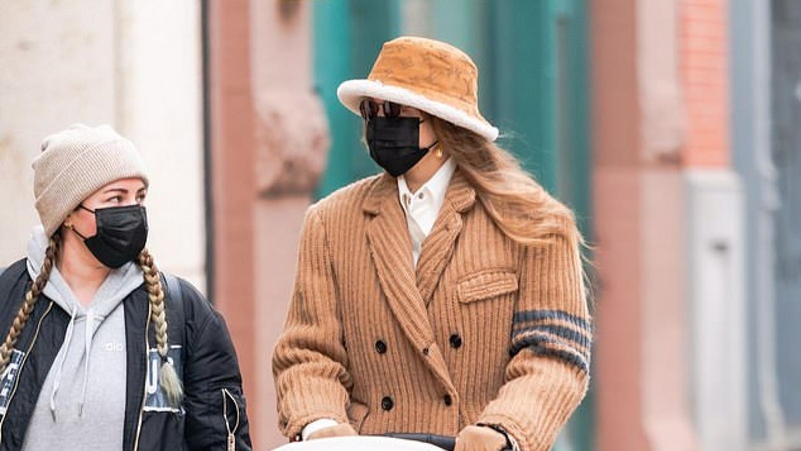 Gigi Hadi diện đồ LV đi dạo cùng con gái tại Manhattan