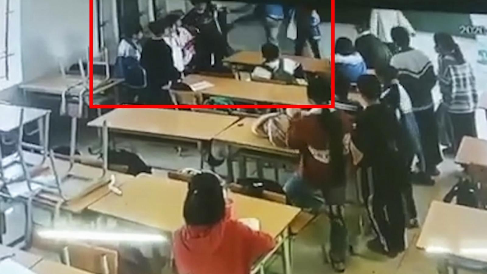 Xem xét khởi tố người xông vào lớp đánh bạn học của con