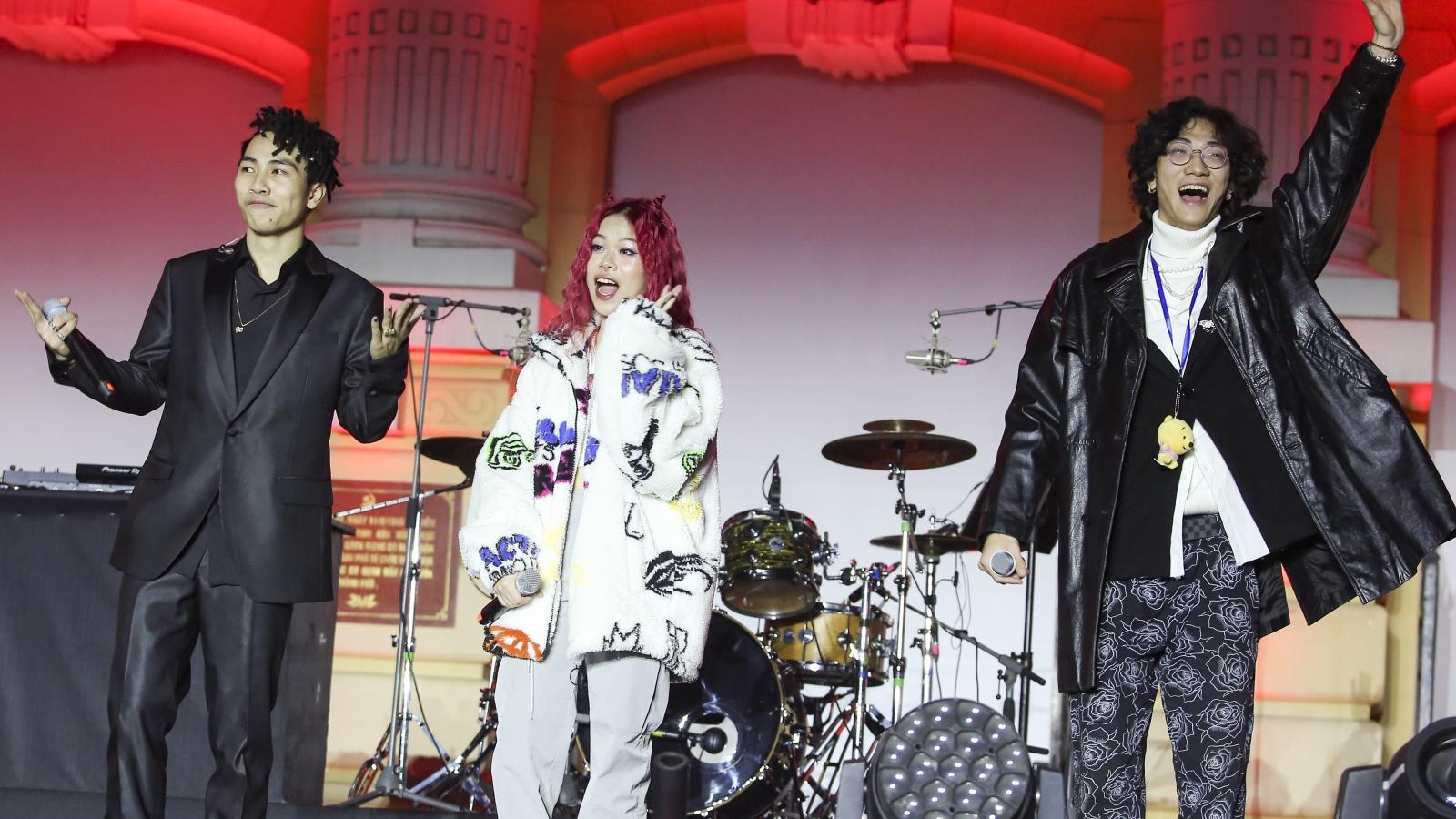 """Tlinh, Gonzo """"Rap Việt"""" cháy hết mình với hơn 10.000 khán giả tại Đại nhạc hội Giáng Sinh"""