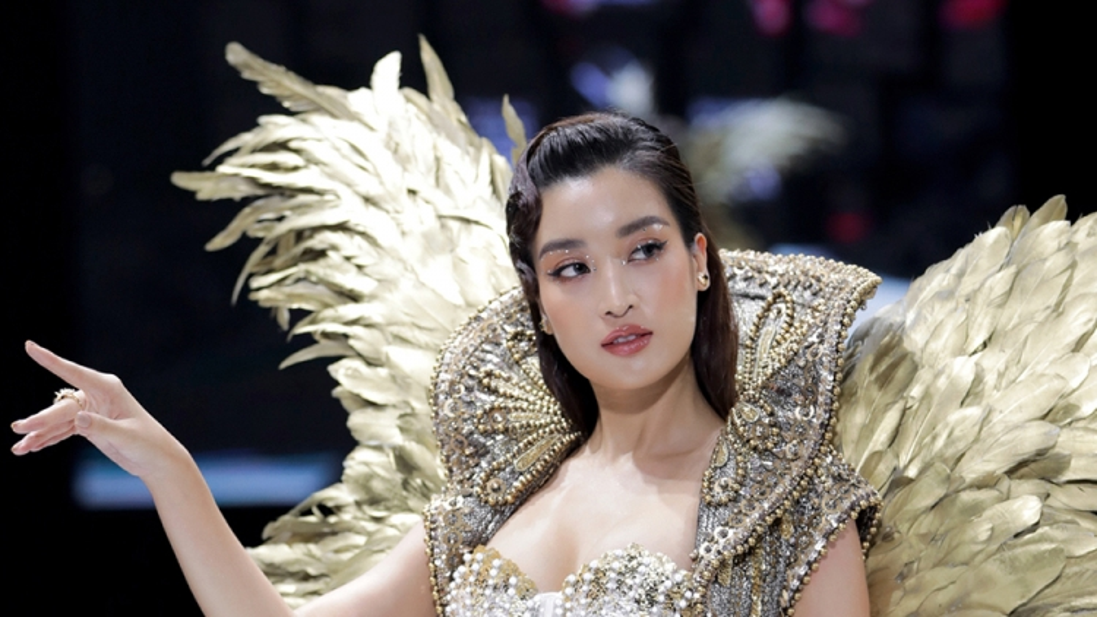 Hoa hậu Đỗ Mỹ Linh diện váy 40kg làm vedette trong BST của NTK Đỗ Long