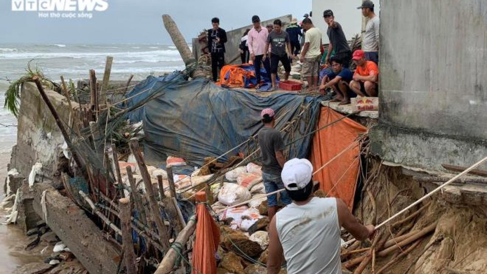 Hãi hùng cảnh sóng đánh tan nát bờ kè, quật sập nhà dân ven biển