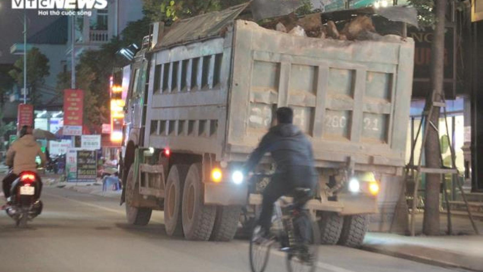 Những đoàn xe tải cơi nới thành thùng tung hoành trên tỉnh lộ ở Hải Phòng