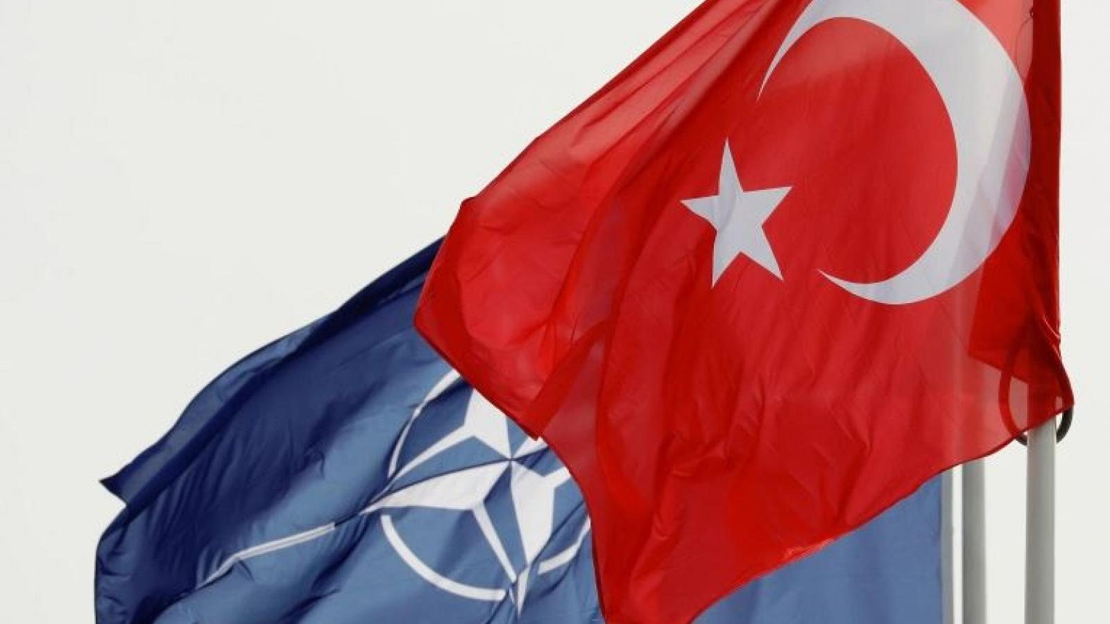 """Bị chính đồng minh trừng phạt, Thổ Nhĩ Kỳ """"nghĩ lại"""" về việc đứng """"cùng thuyền"""" với NATO?"""