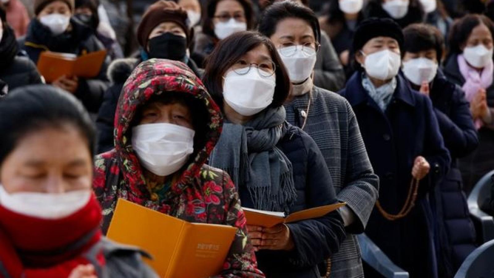 Covid-19 bùng phát mạnh, thủ đô Seoul và một số nơi ở Hàn Quốc cấm tụ tập trên 5 người