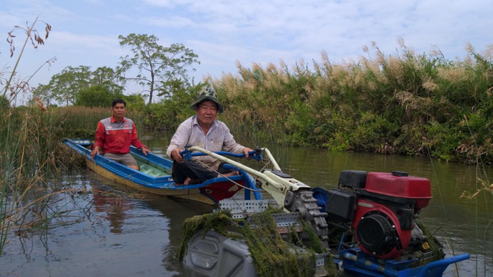 Lão nông Nguyễn Văn Rô và chiếc máy cày phao nổi