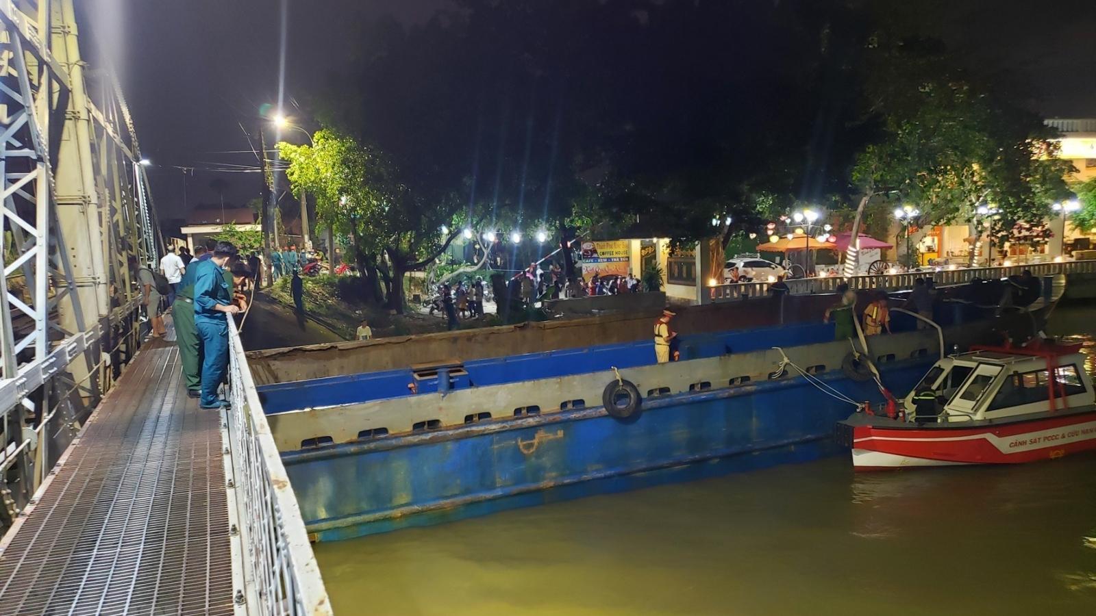 Huy động gần 100 người giải cứu sà lan mắc kẹt dưới gầm cầu Rạch Cát