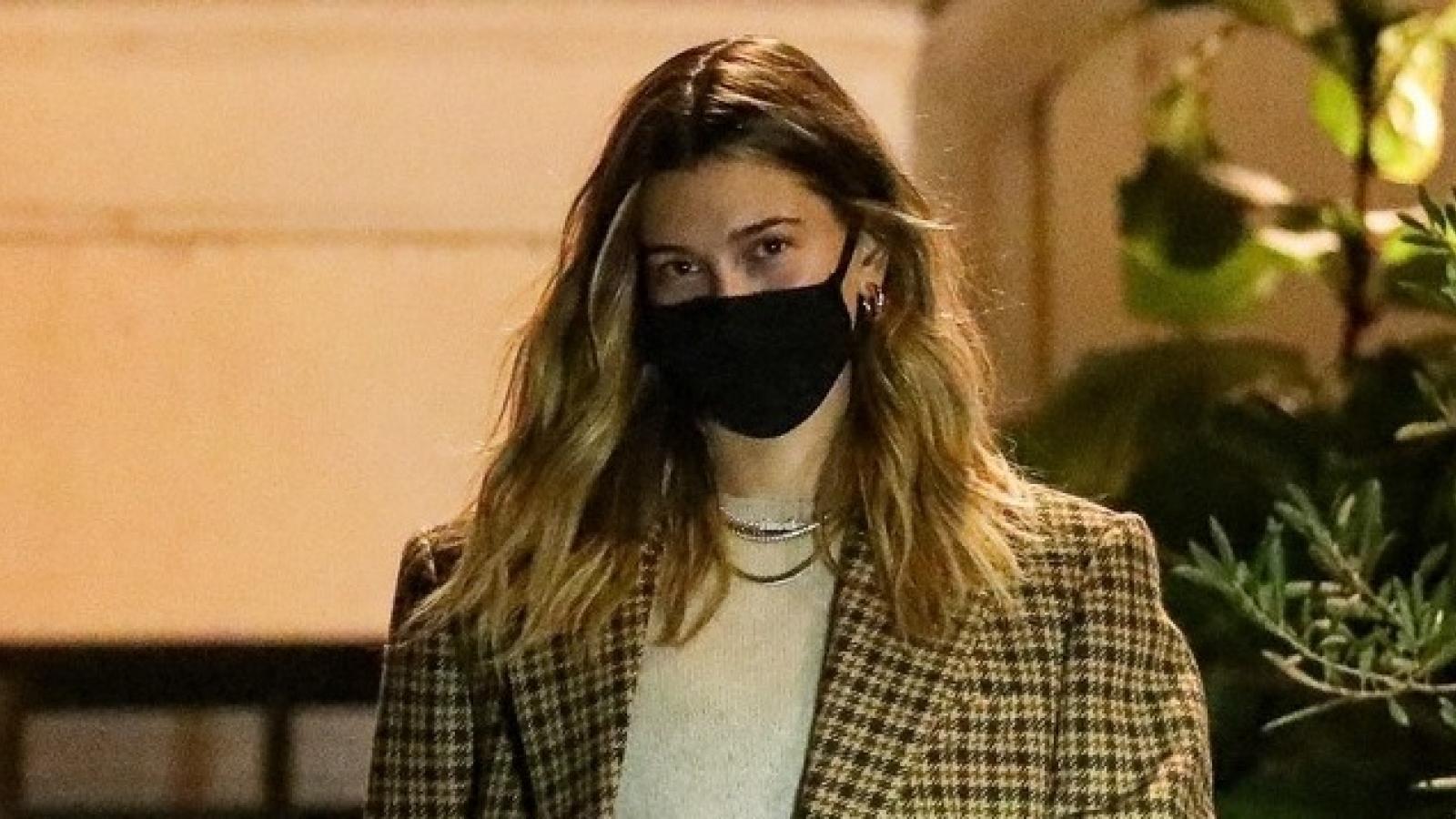 Bà xã Justin Bieber diện đồ cá tính sải bước trên phố lúc tối muộn