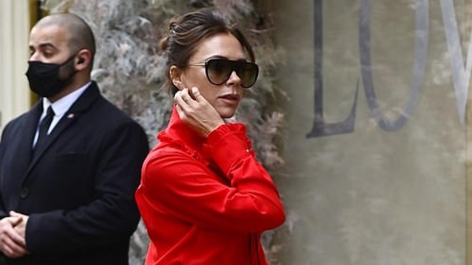 Victoria Beckham diện đầm đỏ rực tự thiết kế, khoe dáng thanh mảnh ra phố