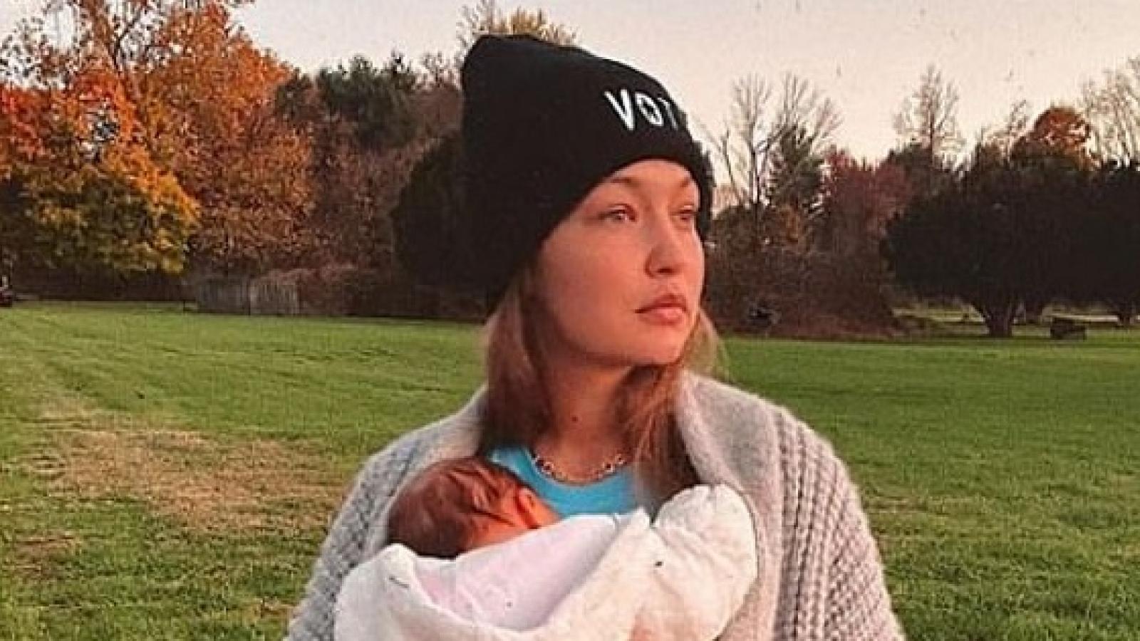 Gigi Hadid địu con gái cưng đứng tạo dáng trên đồng cỏ xanh