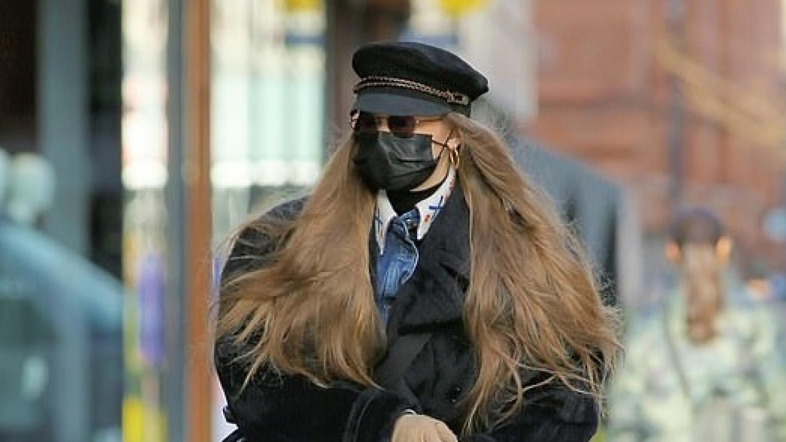 Siêu mẫu Gigi Hadid mặc đồ sành điệu, hiếm hoi đưa con gái cưng ra phố đi dạo