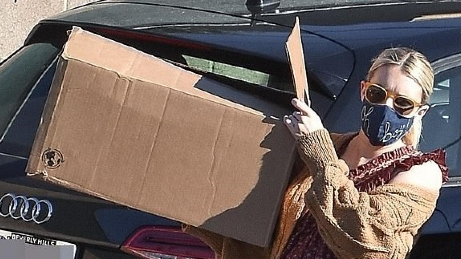 """Emma Roberts bầu """"vượt mặt"""" vẫn thản nhiên bê đồ trên phố"""