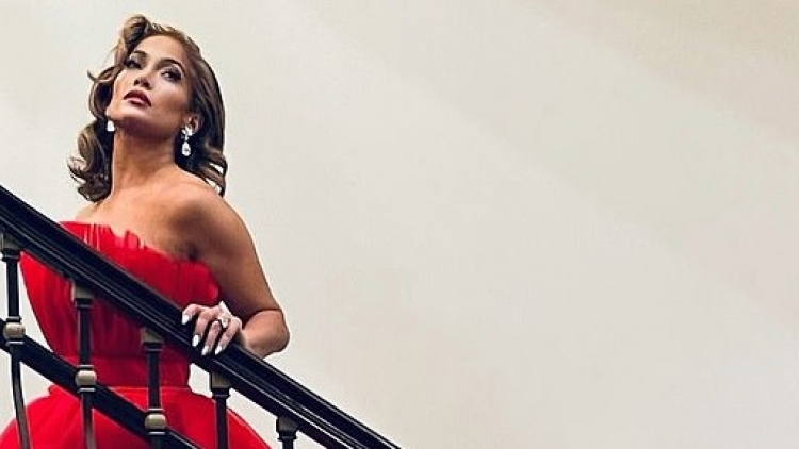 Sau tuyên bố hủy đám cưới, Jennifer Lopez kiêu sa trong hình ảnh mới