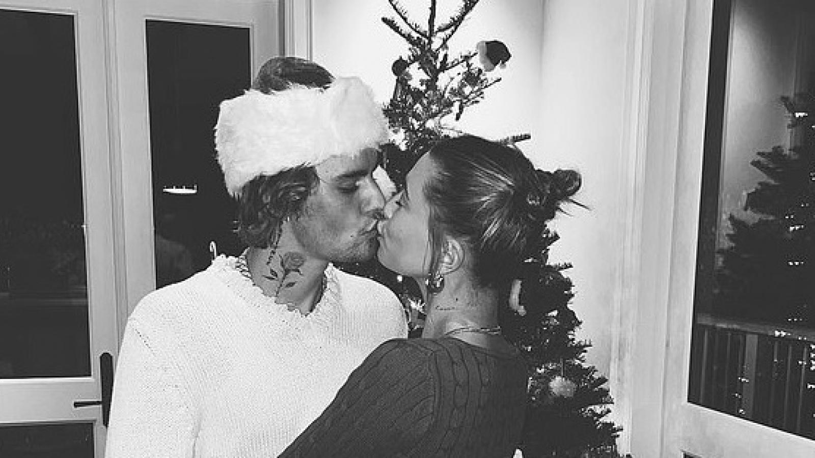 """Vợ chồng Justin Bieber """"khóa môi"""" và khiêu vũ lãng mạn bên cây thông Noel"""
