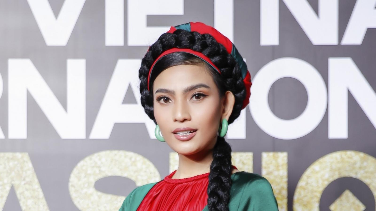 Trương Thị May tết tóc dài chấm đất, đội mấn xuất hiện trên thảm đỏ thời trang