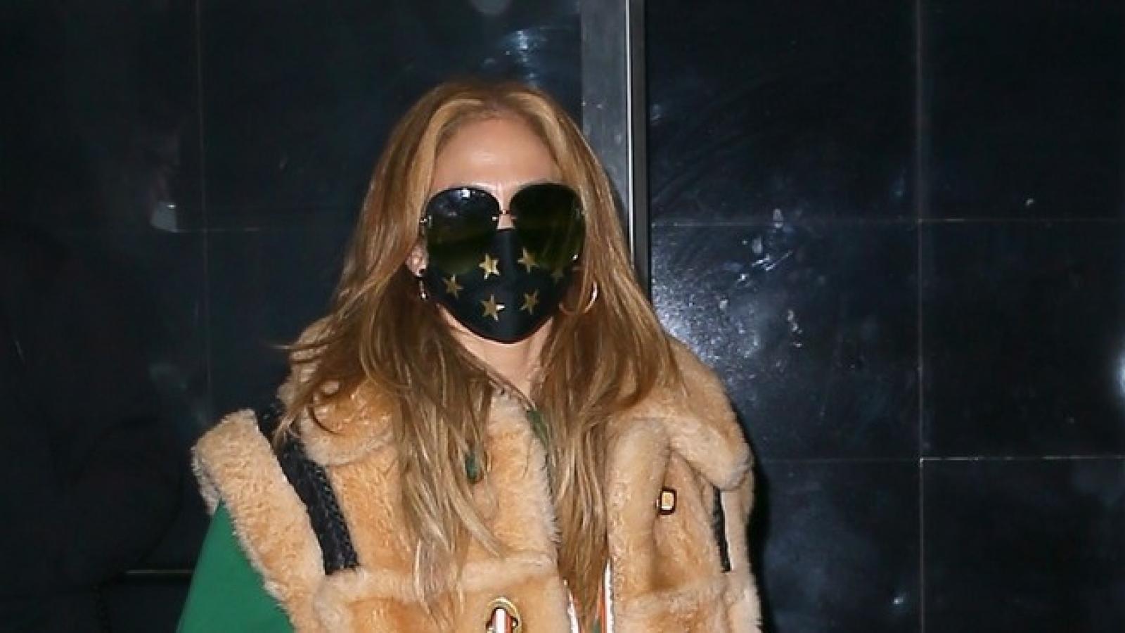 Jennifer Lopez diện áo lông thú sành điệu ra phố
