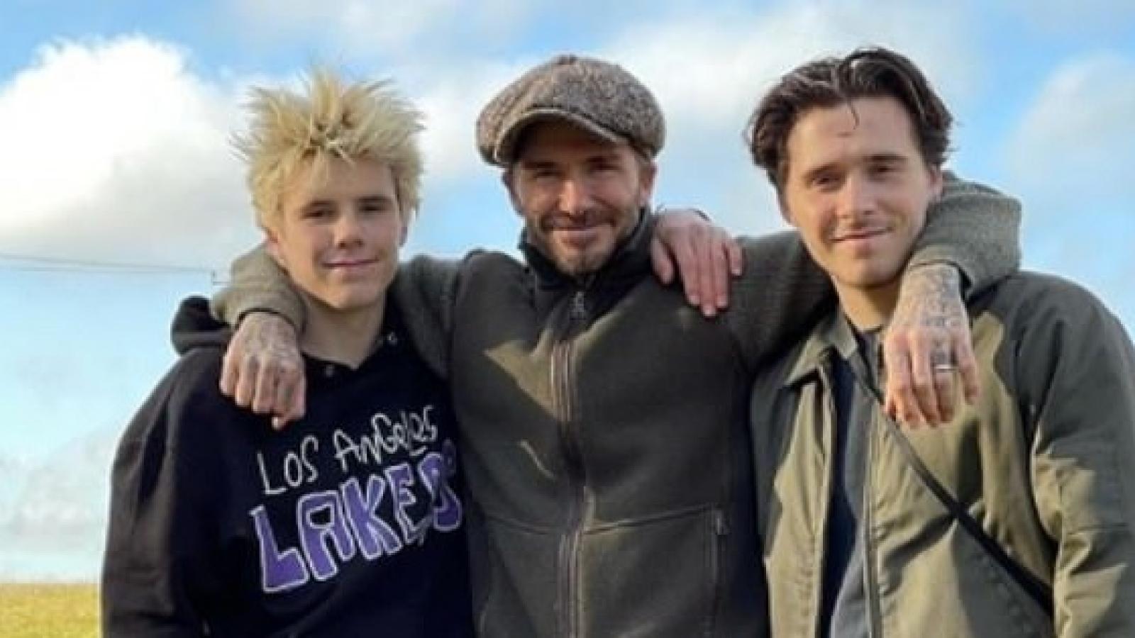 David Beckham vui vẻ khoác vai các con khi đi chơi dịp cuối năm
