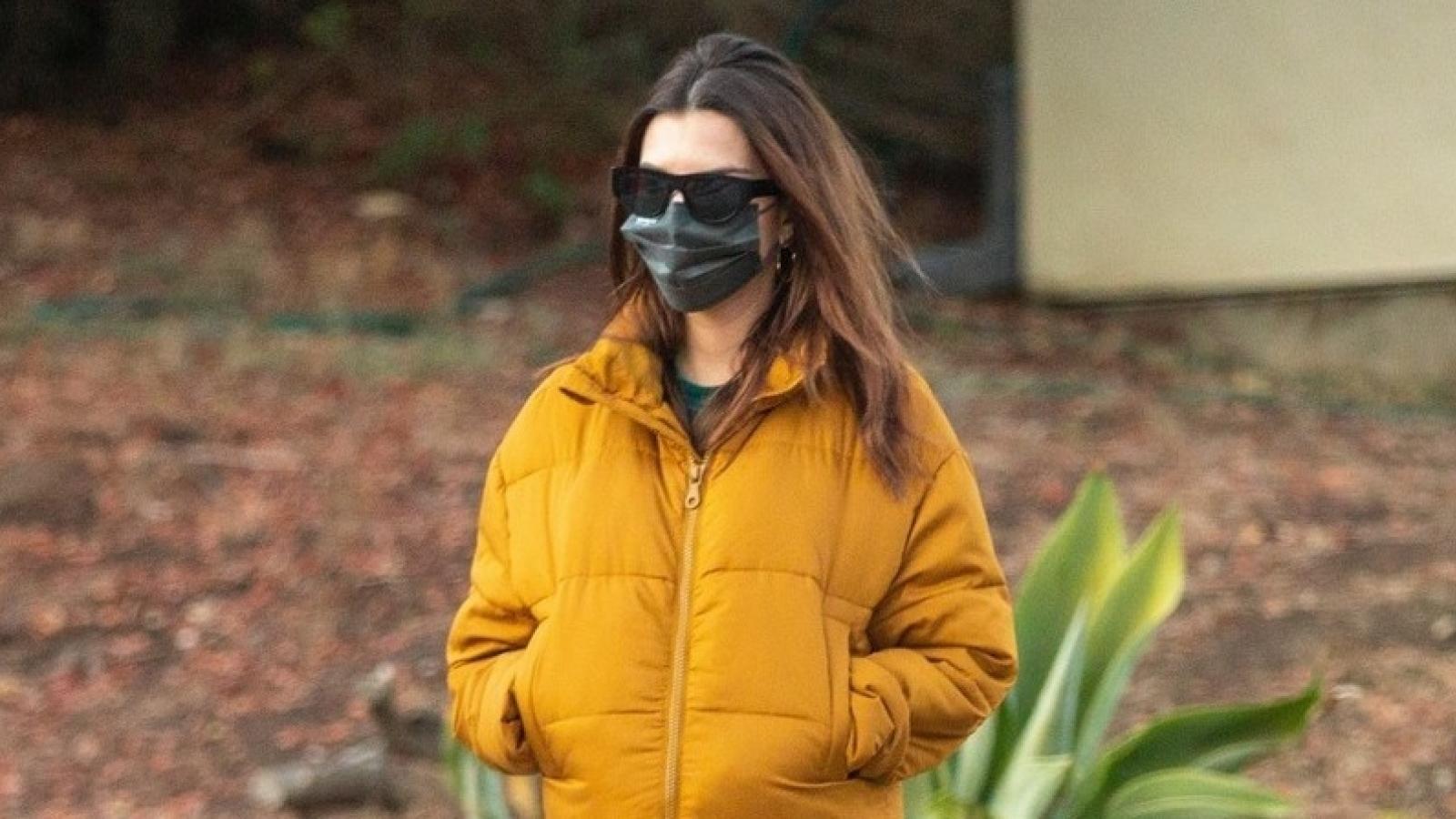 """Emily Ratajkowski mặc đồ kín đáo khéo léo """"giấu"""" bụng bầu khi đi dạo phố"""