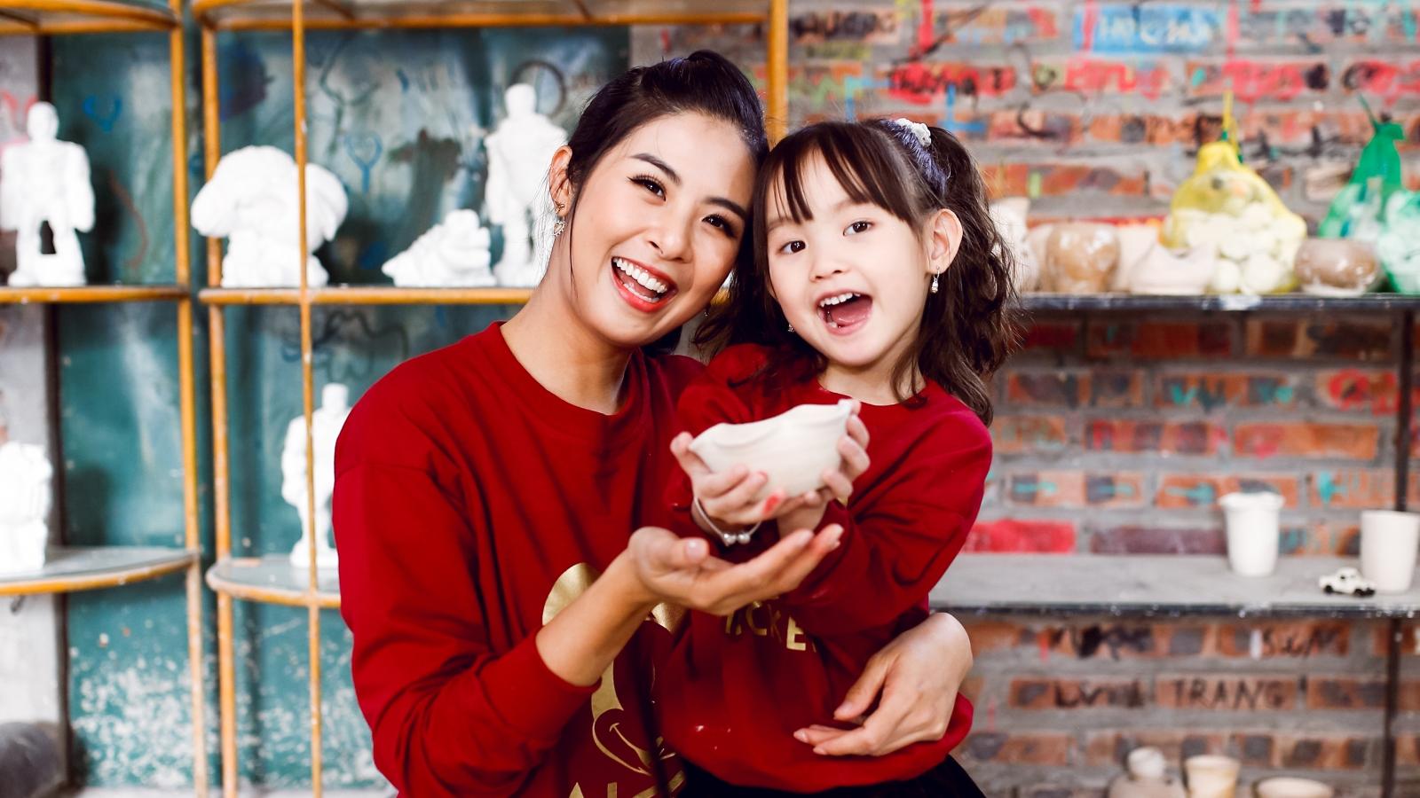 Ngọc Hân mặc áo đôi, cùng con gái Hồng Quế đi làm gốm