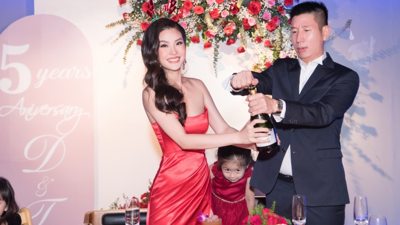 """Á hậu Diễm Trang tổ chức kỷ niệm 5 năm ngày cưới với chồng """"đại gia"""" dịp Giáng sinh"""