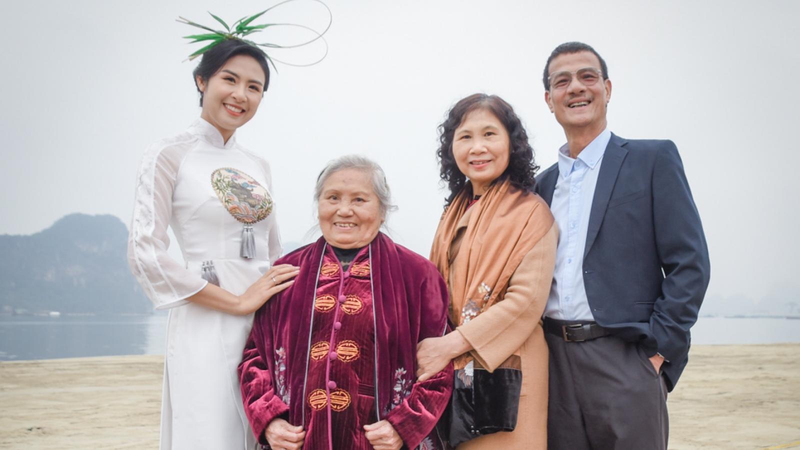 Hoa hậu Ngọc Hân hạnh phúc khi bà ngoại đến ủng hộ BST áo dài mới