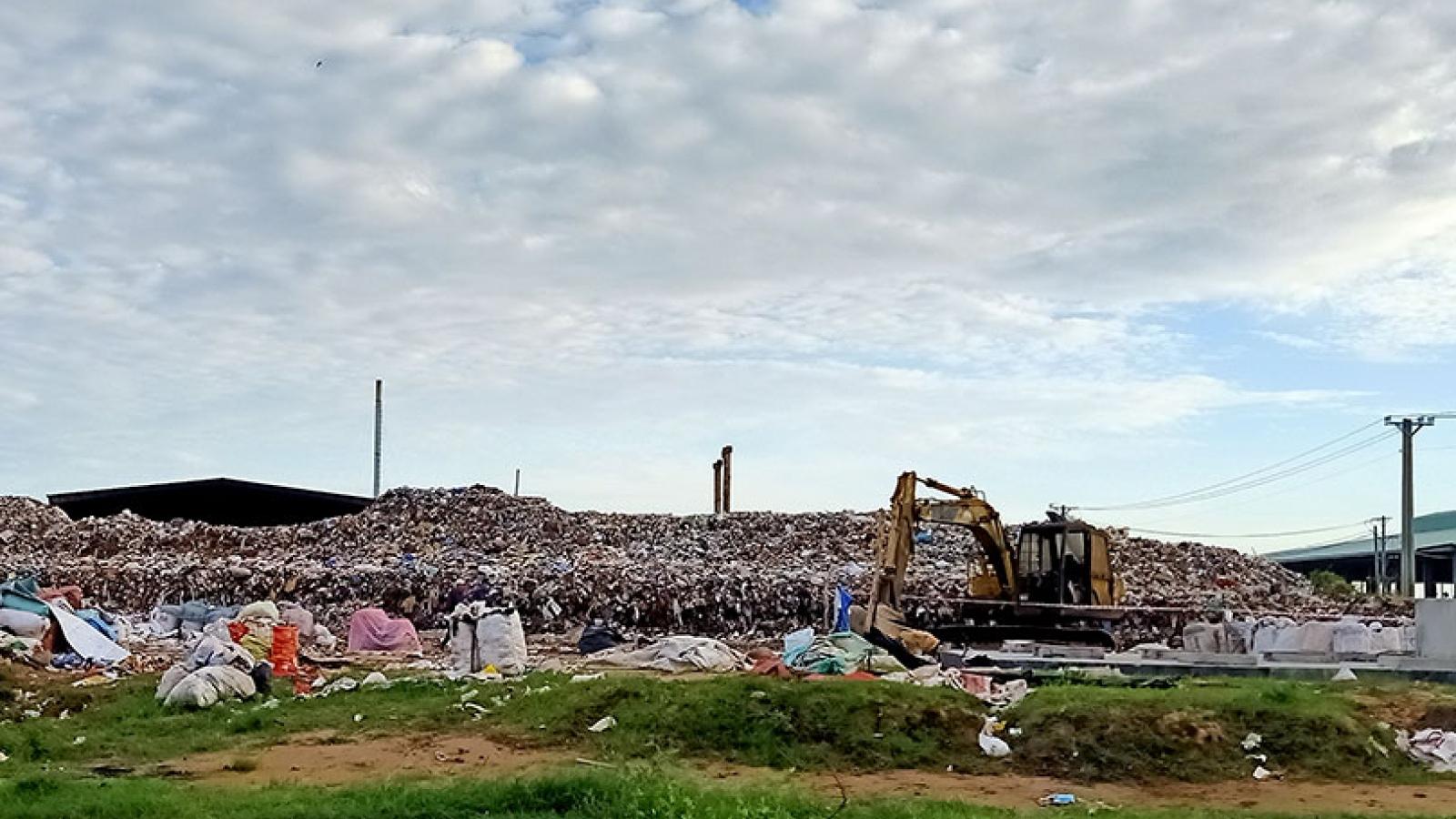 Người dân ởTrà Vinhkhốn khổ vì bãi rác ô nhiễm, ăn cơm phải đóng cửa
