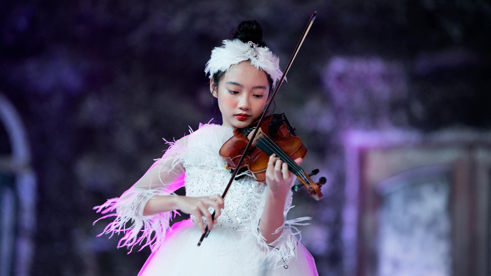 Con gái Xuân Lan khoe khả năng catwalk chuyên nghiệp