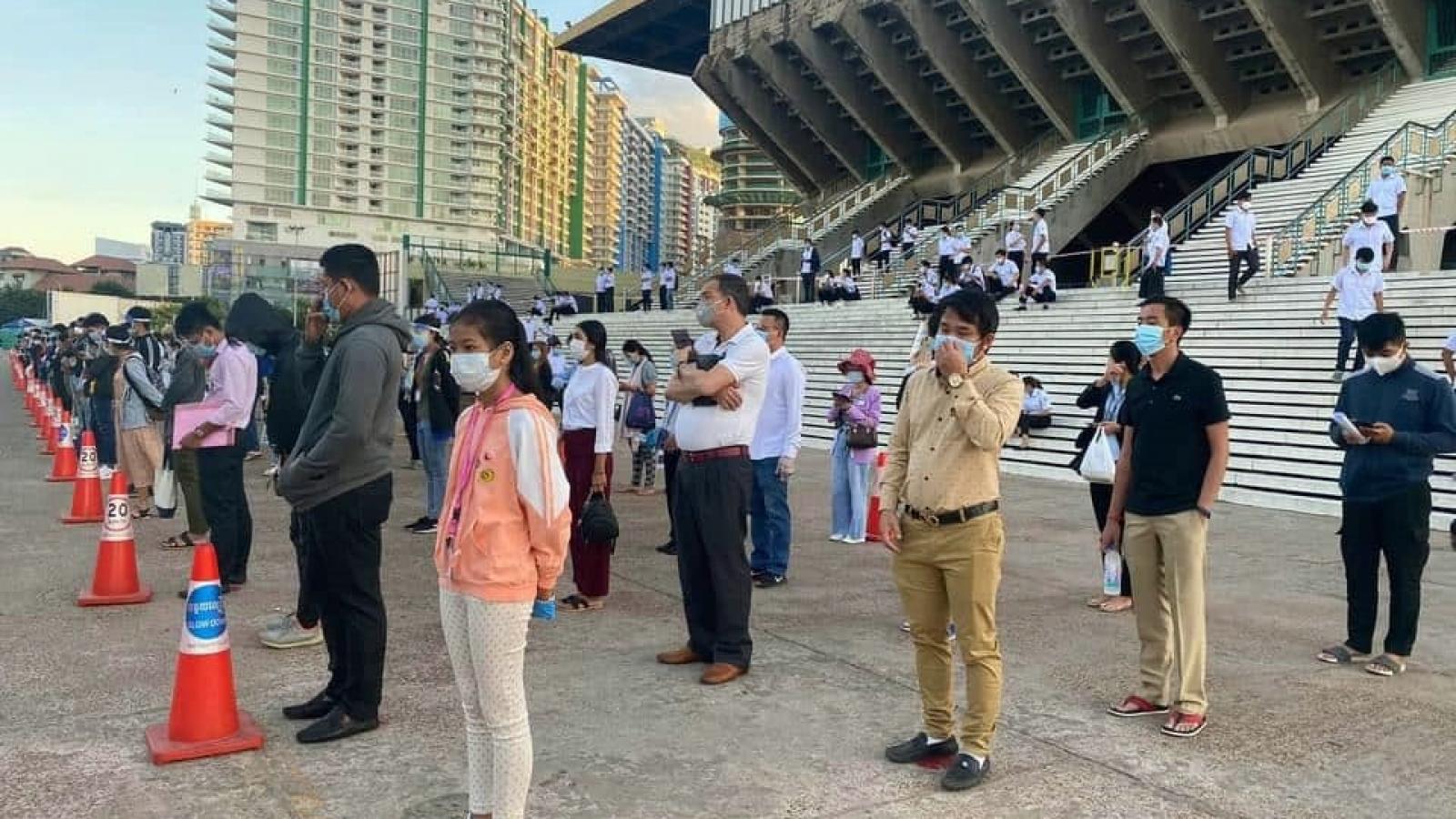 Chủ tịch Heng Samrin và các đại biểu Quốc hội Campuchia xét nghiệm Covid-19 lần thứ 3