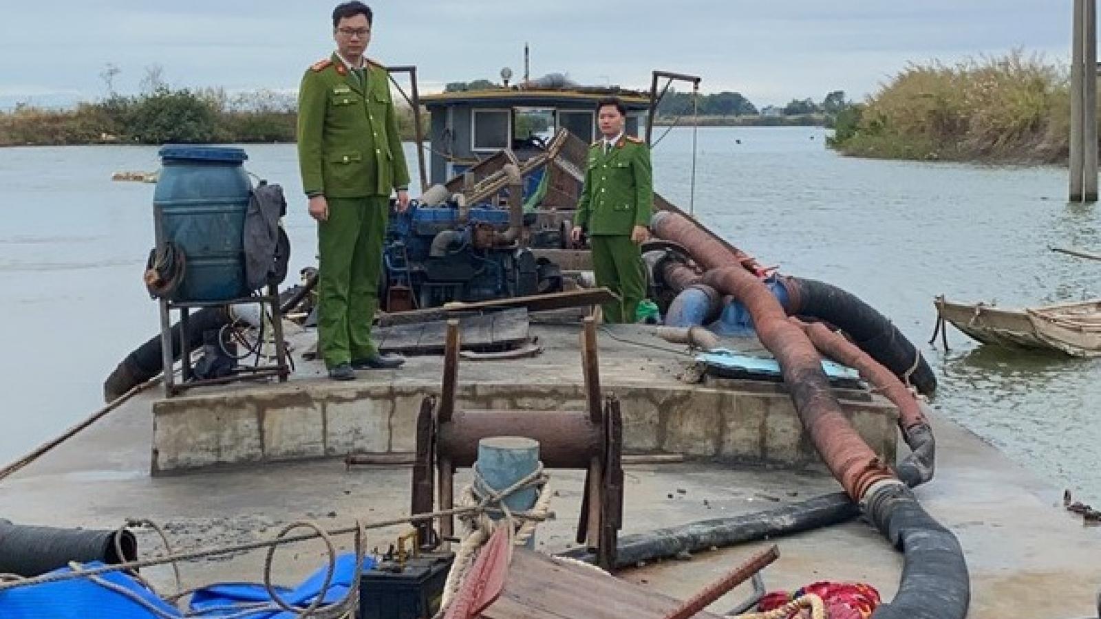 Khởi tố 5 đối tượng khai thác cát trái phép ở Quảng Ninh