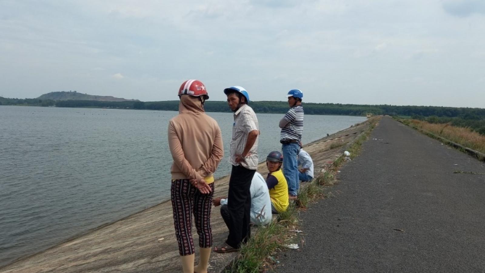 Đi tập thể dục cùng chồng, người vợ bỗng dưng mất tích ở hồ Đá Bàng
