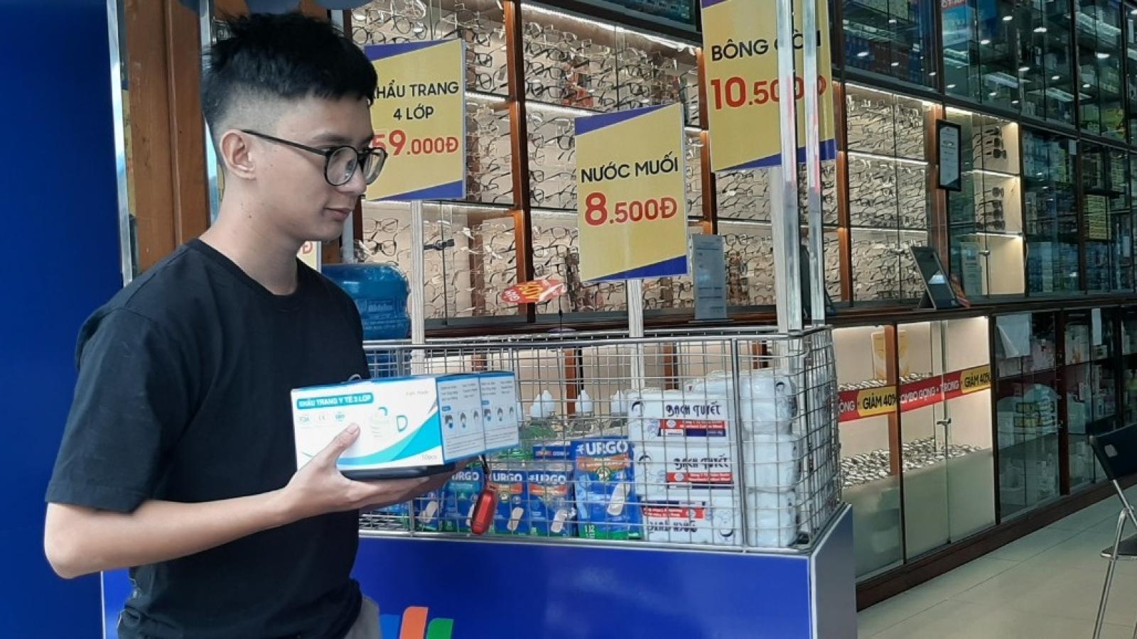 Lượng người đi mua khẩu trang y tế ở TP.HCM tăng