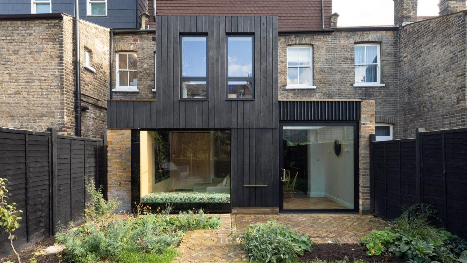 Ngôi nhà ốp gỗ màu đen đẹp cổ kính ở Anh