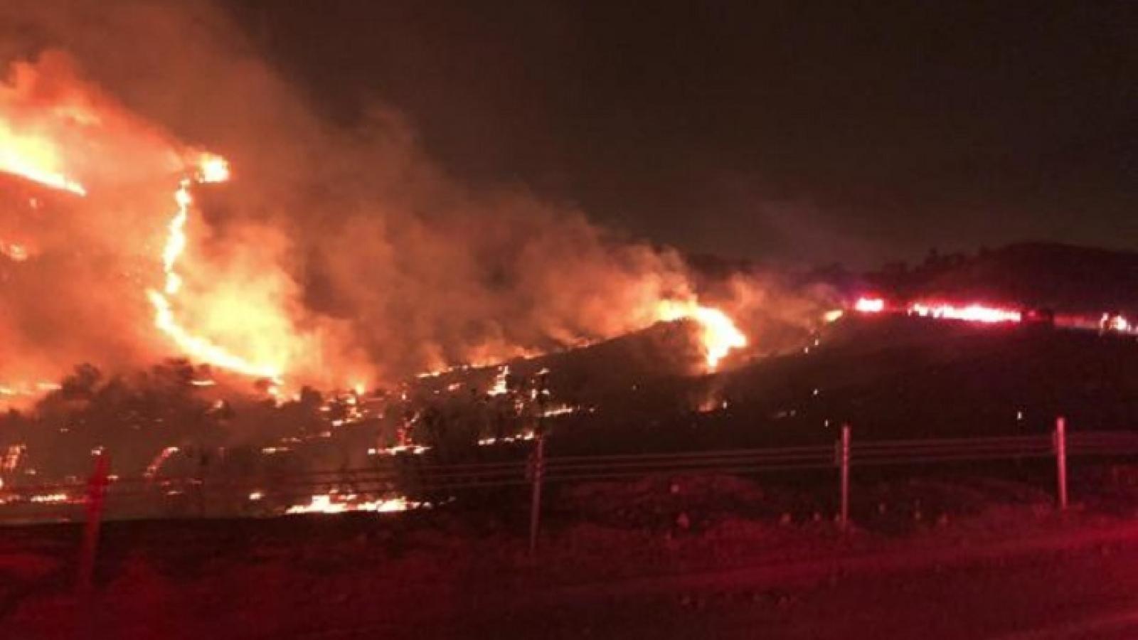 Căn cứ quân sự Mỹ cháy khủng khiếp, sơ tán khẩn cấp 7.000 người