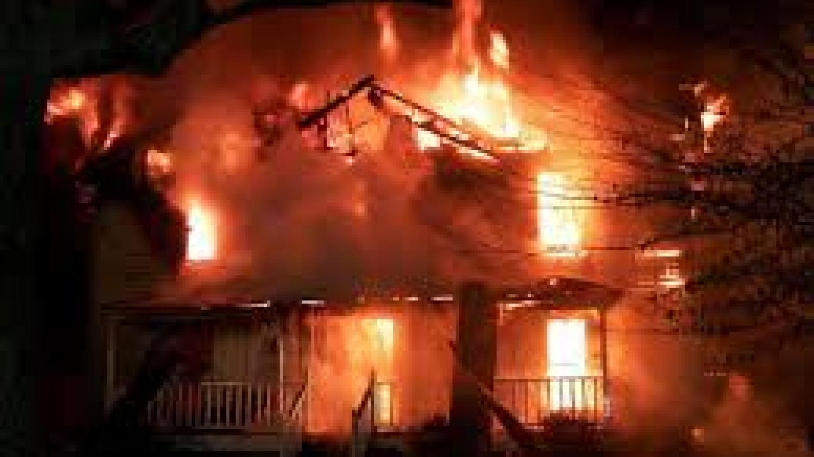 Khởi tố chồng tưới xăng đốt nhà khiến vợ bị bỏng nặng