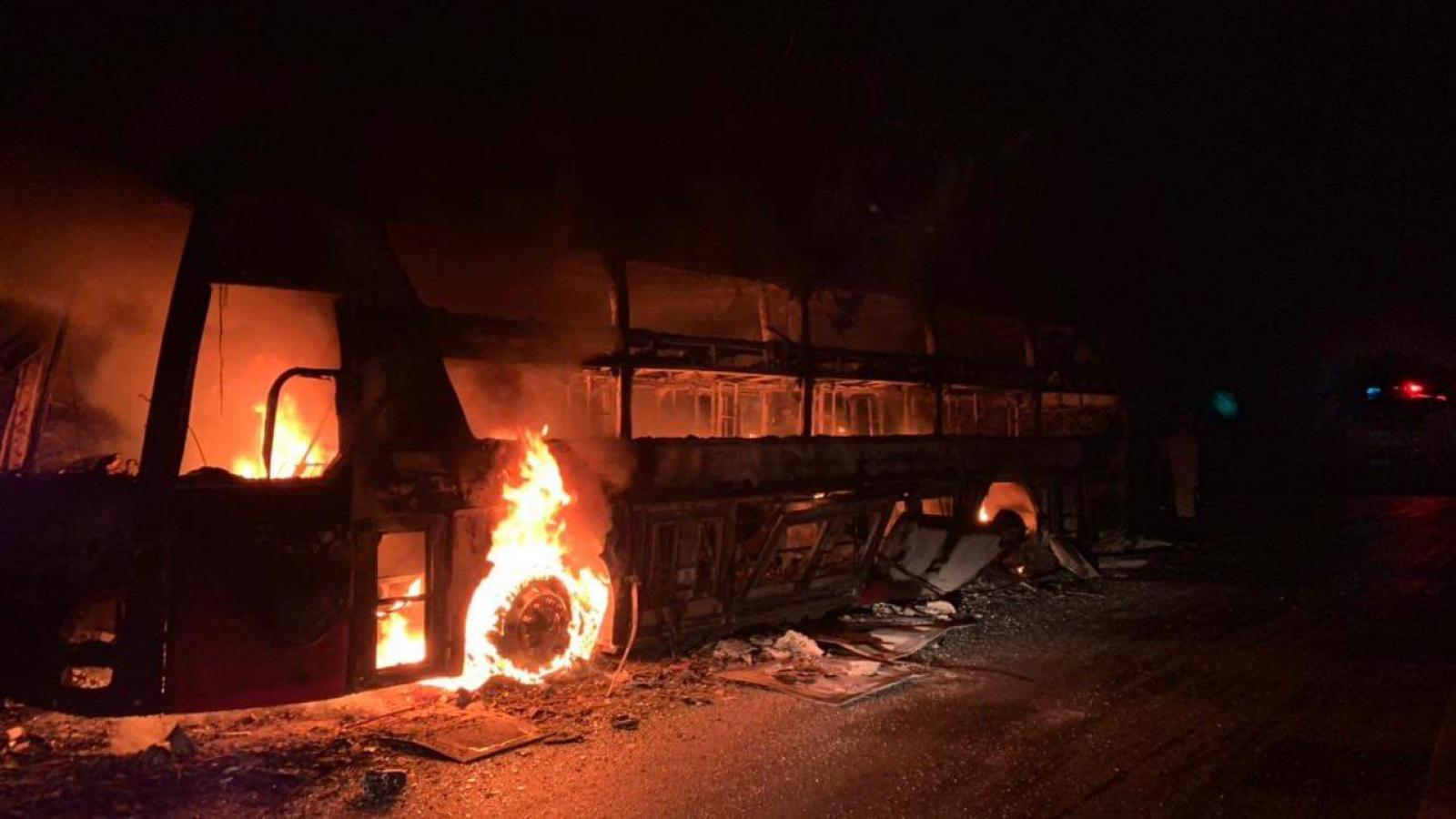 Cháy xe khách giường nằm trên quốc lộ 279, ách tắc giao thông gần 1 giờ