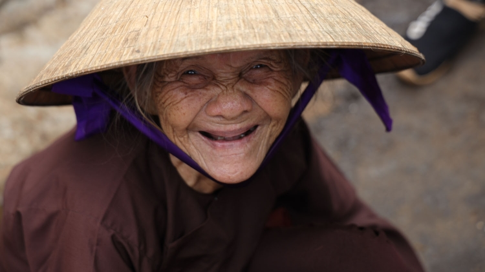 Cụ bà 87 tuổi dành nửa thế kỷ gắn bó với món kẹo ú tuổi thơ